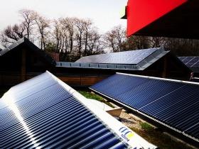 Unterschied Solarthermie Photovoltaik auf einem Bild